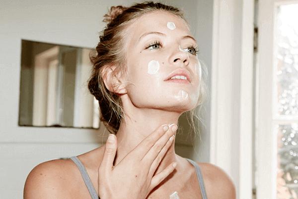 Bạn nên thoa kem chống nắng HD Ceuticals Clinic FOUNDATION ở cả vùng cổ để bảo vệ da tối đa