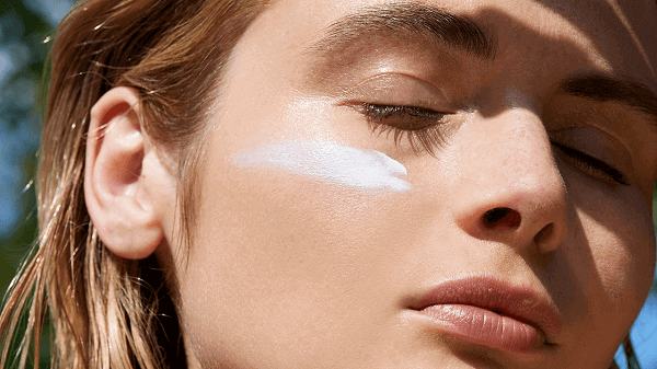 Muốn trị mụn đạt hiệu quả cao bạn nên chống nắng mỗi ngày để bảo vệ da trước các tổn thương