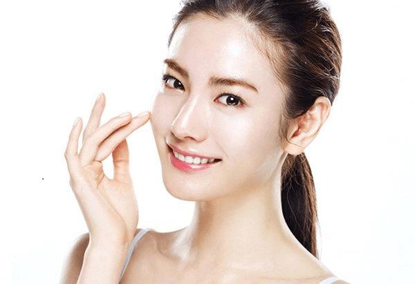 Sử dụng HD Ceuticals Clinic Moisture để duy trì một làn da căng bóng, mướt mịn