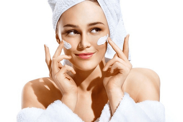 Bổ sung độ ẩm giúp da không bị thiếu nước và nhăn nheo