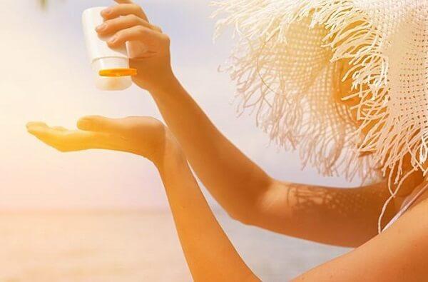 Sau mỗi 4 tiếng bạn nên rửa mặt và thoa lại kem chống nắng
