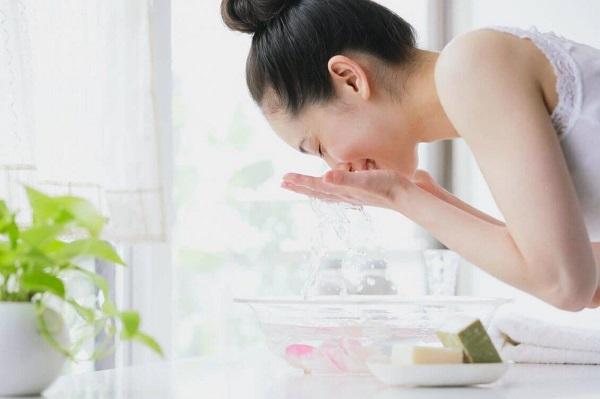Sau khi nặn mụn ở spa không nên massage hay chà xát vào da quá mạnh