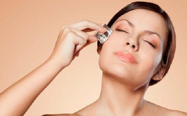 Đá viên được chứng minh có hiệu quả trong việc se khít lỗ chân lông